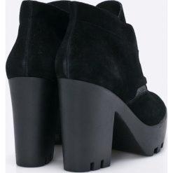 Calvin Klein Jeans - Botki. Czarne buty zimowe damskie Calvin Klein Jeans, z jeansu, z okrągłym noskiem, na obcasie, na sznurówki. W wyprzedaży za 299,90 zł.