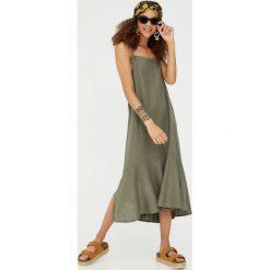 Sukienka midi z falbaną u dołu. Zielone sukienki z falbanami marki Reserved, z wiskozy. Za 96,90 zł.