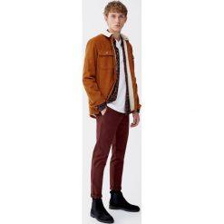Spodnie chinosy skinny fit z paskiem. Czerwone chinosy męskie marki Pull&Bear. Za 109,00 zł.