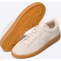 Nike Sportswear - Buty Tennis Classic CS. Różowe halówki męskie marki Nike Sportswear, l, z nylonu, z okrągłym kołnierzem. W wyprzedaży za 199,90 zł.