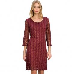 Sukienka w kolorze czerwonym. Czerwone sukienki marki Almatrichi, s, z okrągłym kołnierzem, midi, proste. W wyprzedaży za 179,95 zł.