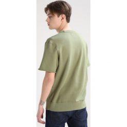 Converse Tshirt basic fatigue green. Zielone koszulki polo Converse, m, z bawełny. W wyprzedaży za 134,50 zł.