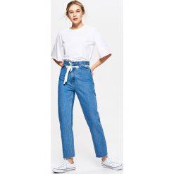 Jeansy damskie: Jeansy high waist z paskiem - Niebieski