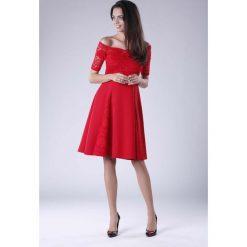 Czerwona Wyjściowa Sukienka Hiszpanka z Koronką. Czerwone sukienki balowe marki Molly.pl, l, w koronkowe wzory, z koronki, z dekoltem typu hiszpanka, z krótkim rękawem, midi, dopasowane. W wyprzedaży za 139,41 zł.