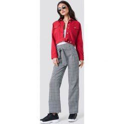 NA-KD Trend Krótka kurtka jeansowa - Red. Czerwone bomberki damskie NA-KD Trend, z jeansu. Za 323,95 zł.
