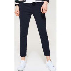 Materiałowe spodnie chino - Granatowy. Niebieskie chinosy męskie marki House, z materiału. Za 49,99 zł.