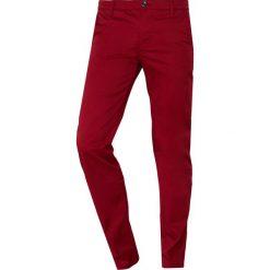 BOSS ATHLEISURE ROGAN Chinosy dark red. Czerwone chinosy męskie marki BOSS Athleisure, z bawełny. Za 539,00 zł.