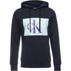 Calvin Klein Jeans MONOGRAM BOX LOGO HOODIE Bluza z kapturem blue. Czarne bluzy męskie rozpinane marki Calvin Klein Jeans, z bawełny. Za 459,00 zł.