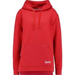 Tommy Jeans SIDE SLIT DETAIL HOODIE Bluza z kapturem samba. Czerwone bluzy rozpinane damskie Tommy Jeans, m, z bawełny, z kapturem. Za 449,00 zł.