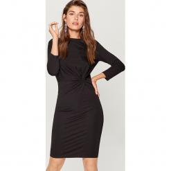 Sukienka z zaznaczoną talią - Czarny. Czarne sukienki z falbanami marki Mohito, l. Za 99,99 zł.