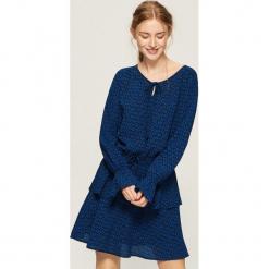 Sukienka z falbanami - Wielobarwn. Szare sukienki z falbanami marki Sinsay, l. Za 79,99 zł.