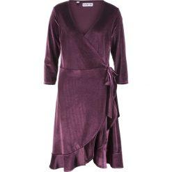 Sukienka aksamitna kopertowa z kolekcji Maite Kelly bonprix czarny bez. Fioletowe sukienki z falbanami bonprix, z kopertowym dekoltem, kopertowe. Za 124,99 zł.