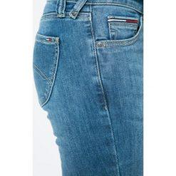 Hilfiger Denim - Jeansy Sophie. Niebieskie jeansy damskie Hilfiger Denim, z aplikacjami, z bawełny, z obniżonym stanem. W wyprzedaży za 299,90 zł.