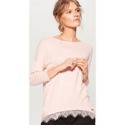 Sweter z koronkowym wykończeniem - Różowy. Czerwone swetry klasyczne damskie Mohito, l, z koronki. Za 69,99 zł.