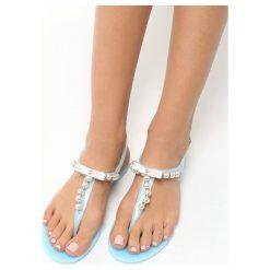 Niebieskie Sandały Roundup. Niebieskie sandały damskie marki Born2be, z gumy, na obcasie. Za 49,99 zł.