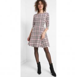 Sukienka w pepitkę. Czarne sukienki hiszpanki Orsay, z poliesteru, wizytowe, dopasowane. Za 139,99 zł.