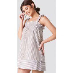 Debiflue x NA-KD Krótka sukienka z falbanką - Beige,Multicolor. Brązowe sukienki mini Debiflue x NA-KD, z falbankami, z krótkim rękawem, proste. Za 141,95 zł.