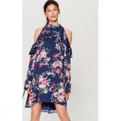 Satynowa sukienka cold arms - Wielobarwn. Szare sukienki marki Mohito, z satyny. W wyprzedaży za 99,99 zł.
