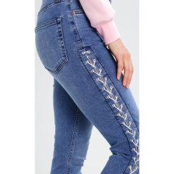 Topshop Petite LACE UP JAMIE Jeansy Slim fit middenim. Niebieskie rurki damskie marki Topshop Petite, petite. W wyprzedaży za 216,75 zł.