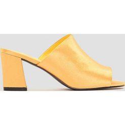 NA-KD Shoes Satynowe klapki mule na obcasie - Yellow. Żółte chodaki damskie NA-KD Shoes, z satyny, na obcasie. W wyprzedaży za 80,98 zł.