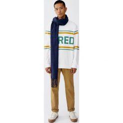 Bluza z okrągłym dekoltem i napisem. Białe bluzy męskie rozpinane Pull&Bear, m, z napisami. Za 79,90 zł.