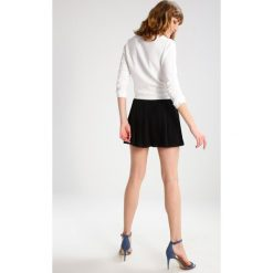 Sisley Szorty black. Czarne spódniczki Sisley, z materiału. W wyprzedaży za 194,35 zł.