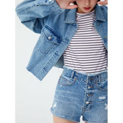 Jeansowe spodenki mom fit z widocznymi guzikami. Niebieskie bermudy damskie Pull&Bear, z denimu. Za 89,90 zł.