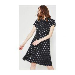 Wzorzysta sukienka. Szare sukienki balowe Promod, z koszulowym kołnierzykiem, z krótkim rękawem, mini, dopasowane. Za 83,50 zł.