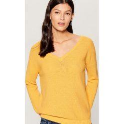 Sweter z dekoltem w szpic - Żółty. Żółte swetry klasyczne damskie Mohito, l. Za 89,99 zł.