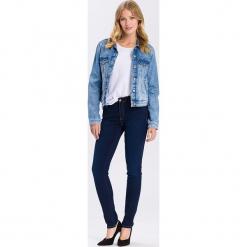 """Dżinsy """"Alan"""" - Skinny fit - w kolorze granatowym. Niebieskie rurki damskie marki Cross Jeans, z aplikacjami. W wyprzedaży za 113,95 zł."""
