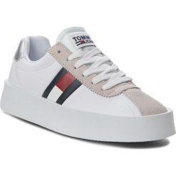 Sneakersy TOMMY JEANS - Retro Light Sneaker EN0EN00270  White 100. Białe sneakersy damskie Tommy Jeans, z jeansu. Za 449,00 zł.