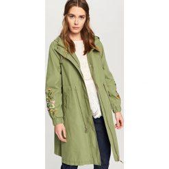 Płaszcze damskie pastelowe: Płaszcz z detalem w kwiaty – Khaki