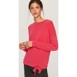 Sweter z wiązaniem na dole - Różowy. Czerwone swetry klasyczne damskie marki Reserved, l. Za 49,99 zł.