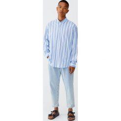 Koszula relaxed fit w pionowe paski. Niebieskie koszule męskie na spinki Pull&Bear, m, w paski, z długim rękawem. Za 69,90 zł.