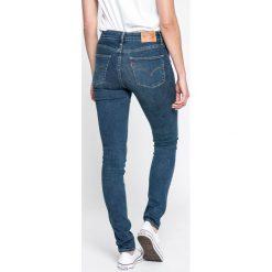 Levi's - Jeansy 721. Brązowe jeansy damskie rurki marki Levi's®, z aplikacjami, z bawełny, z podwyższonym stanem. W wyprzedaży za 219,90 zł.