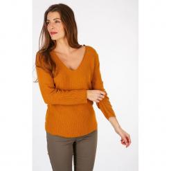 """Sweter """"Pacques"""" w kolorze pomarańczowym. Brązowe swetry klasyczne damskie marki Scottage, z bawełny, z dekoltem na plecach. W wyprzedaży za 86,95 zł."""