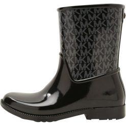 MICHAEL Michael Kors SUTTER RAINBOOTIE Kalosze black. Czarne buty zimowe damskie marki MICHAEL Michael Kors, z gumy, przed kolano, na wysokim obcasie. W wyprzedaży za 407,20 zł.