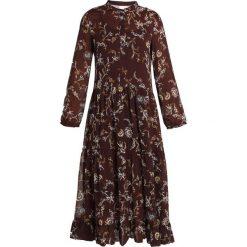 Karen by Simonsen VANESSA DRESS Długa sukienka multicoloured. Brązowe długie sukienki Karen by Simonsen, z materiału, z długim rękawem. Za 669,00 zł.