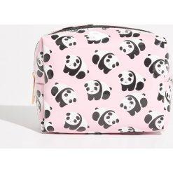 Kosmetyczka z nadrukiem w pandy - Różowy. Czerwone kosmetyczki damskie Sinsay, z nadrukiem. Za 14,99 zł.