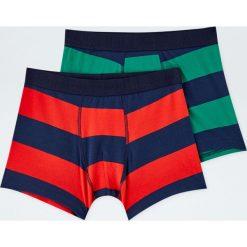 Komplet 2 par bokserek w zielone i czerwone paski. Zielone bokserki męskie marki Hummel, z bawełny. Za 59,90 zł.