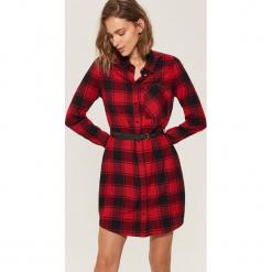 Koszulowa sukienka z paskiem - Czerwony. Czerwone sukienki z falbanami marki House, l, z koszulowym kołnierzykiem, koszulowe. Za 89,99 zł.