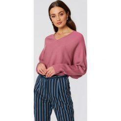 NA-KD Krótki sweter z rękawem typu nietoperz - Pink. Różowe swetry klasyczne damskie NA-KD, z dzianiny. W wyprzedaży za 60,98 zł.