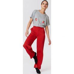 NA-KD T-shirt Strawberry - Grey. Szare t-shirty damskie NA-KD, z nadrukiem, z dżerseju. W wyprzedaży za 21,89 zł.