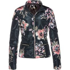 Kurtka pikowana w kwiatowy wzór bonprix czarny z nadrukiem. Czarne kurtki damskie pikowane marki bonprix, z nadrukiem. Za 124,99 zł.