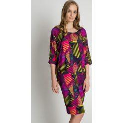 Sukienki hiszpanki: Luźna sukienka w geometryczne wzory BIALCON