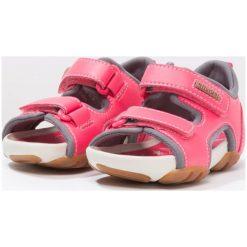 Camper OUS  Sandały trekkingowe medium pink. Czerwone sandały chłopięce Camper, z materiału, z otwartym noskiem. W wyprzedaży za 194,35 zł.
