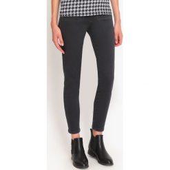 SPODNIE DŁUGIE DAMSKIE OBCISŁE. Szare rurki damskie Top Secret, na jesień, z jeansu. Za 69,99 zł.