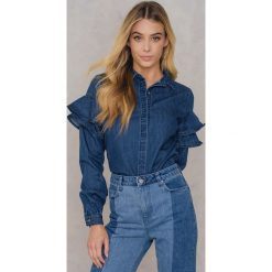 Qontrast X NA-KD Jeansowa koszula z falbankami - Blue. Niebieskie koszule jeansowe damskie marki Qontrast x NA-KD, z falbankami, z długim rękawem. W wyprzedaży za 101,48 zł.