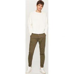 Chinosy męskie: Spodnie chino carrot – Khaki