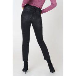 NA-KD Trend Jeansy z klasycznym wykończeniem - Grey. Białe proste jeansy damskie marki NA-KD Trend, z nadrukiem, z jersey, z okrągłym kołnierzem. Za 161,95 zł.